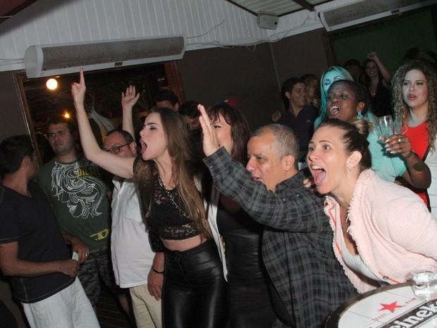 Rayanne Morais, Simone Soares e Andréia Sorvetão se divertem em show no Rio (Foto: Anderson Borde/ Ag. News)