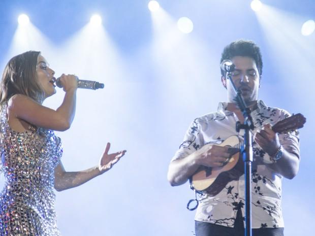 Thiago arrisca um som no cavaquinho durante noite de shows em Barretos, SP (Foto: Mateus Rigola/G1)