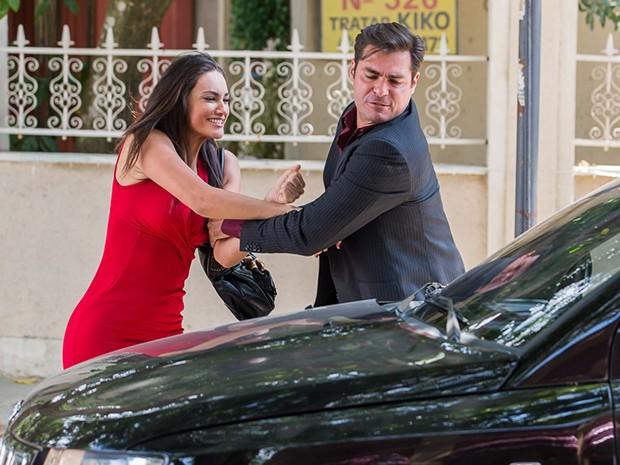 Marcos empurra Sueli para dentro do carro (Foto: Artur Meninea/Gshow)