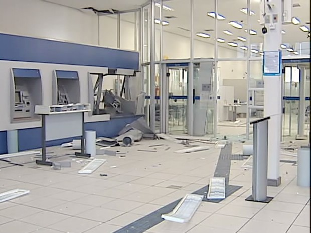 Dois caixas eletrônicos foram danificados durante ação (Foto: Reprodução/TV Integração)