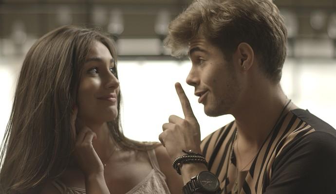 Léo conta seus planos e pede para Yasmin guardar segredo (Foto: TV Globo)