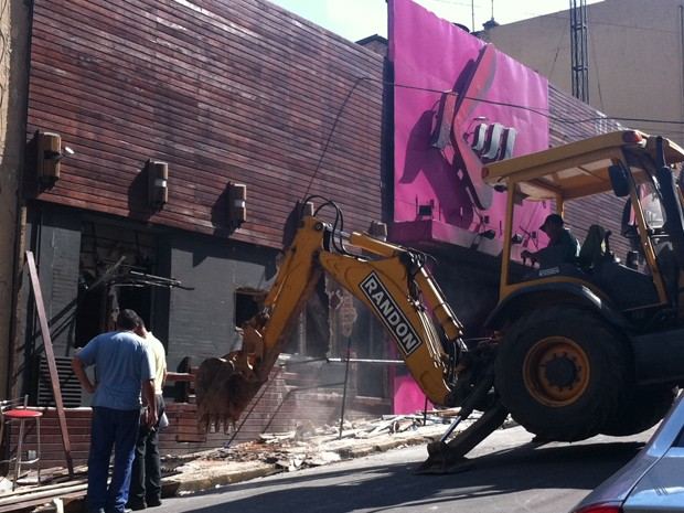 Máquina trabalha em frente à boate Kiss (Foto: Tatiana Lopes/G1)