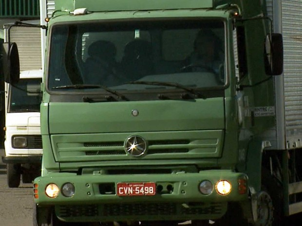 Caminhão deixa transportadora em Campinas (Foto: Reprodução EPTV)