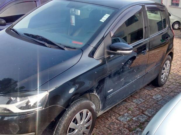Veículo roubado por adolescente de 17 anos em Mogi das Cruzes, está apreendido em delegacia por falta de vagas em pátio (Foto: Jamile Santana/G1)