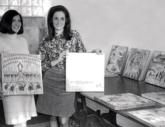 Elba Sette Câmara e Lúcia Flecha de Lima com obras de Guignar,em 1968 (Foto: Arquivo / Agência O Globo )