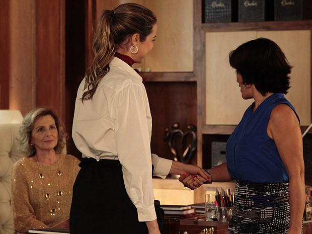 Graças a Charlô, Vânia consegue um novo - e bom - emprego (Foto: Guerra dos Sexos / TV Globo)