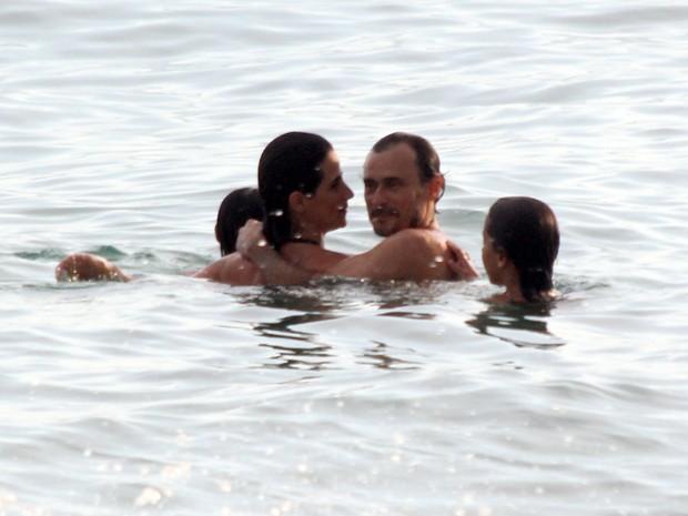 Mariana Lima e o marido, Enrique Díaz, com as filhas em praia na Zona Sul do Rio (Foto: J. Humberto/ Ag. News)