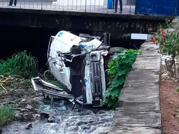 Caminhão cai em vala e uma pessoa morre em Salvador (Foto: Vanderson Nascimento / TV Bahia)