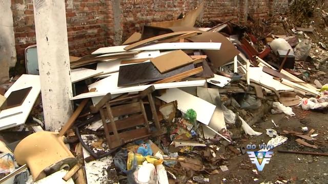 Moradores reclamam do excesso de lixo jogado nas calçadas de São Vicente (Foto: Reprodução/TV Tribuna)