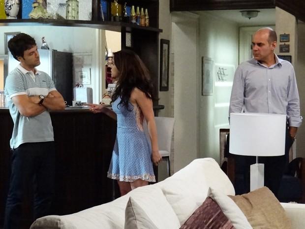 Enfermeira discute com irmão e acaba admitindo que está noiva de César (Foto: Gshow)