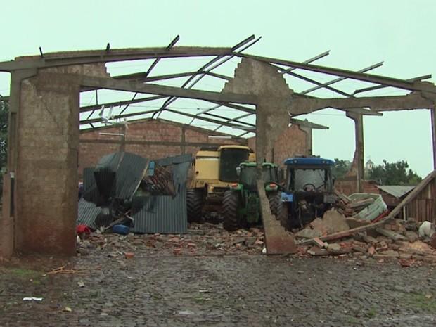 Distrito de Juvinópolis foi devastado por vendaval (Foto: Reprodução / RPC TV)