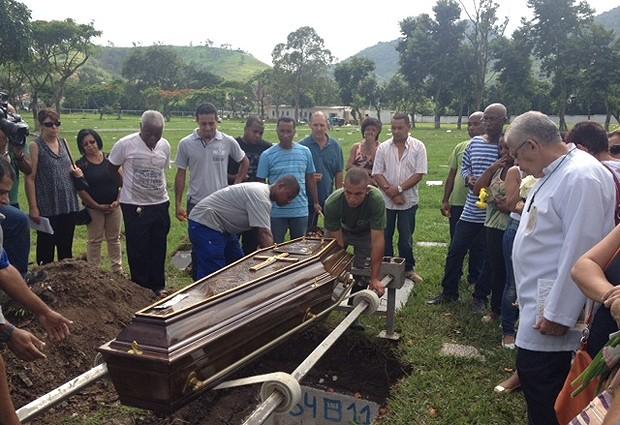 Amigos e parentes se despedem de Ademilde Guimarães e Júlio César Oliveira, que foram enterrados juntos. (Foto: Mariucha Machado / G1)