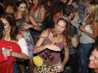 Luana Piovani usa minissaia para badalar com o marido, Pedro Scooby