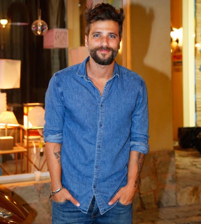Bruno Gagliasso assistiu o primeiro capítulo de 'Sol Nascente' ao lado de seus colegas de elenco (Foto: Raphael Dias / Gshow)