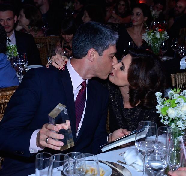 O jornalista comemorou o prêmio com beijão na mulher, Fátima Bernardes (Foto: Fábio Cordeiro/QUEM)