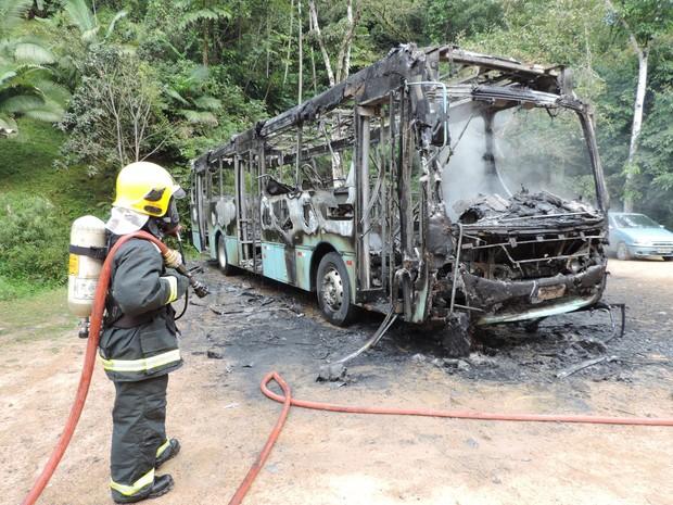 É a segunda vez que um ônibus coletivo foi incendiado em Blumenau nesta terceira onda de ataques (Foto: Jaime Batista da Silva/Divulgação)