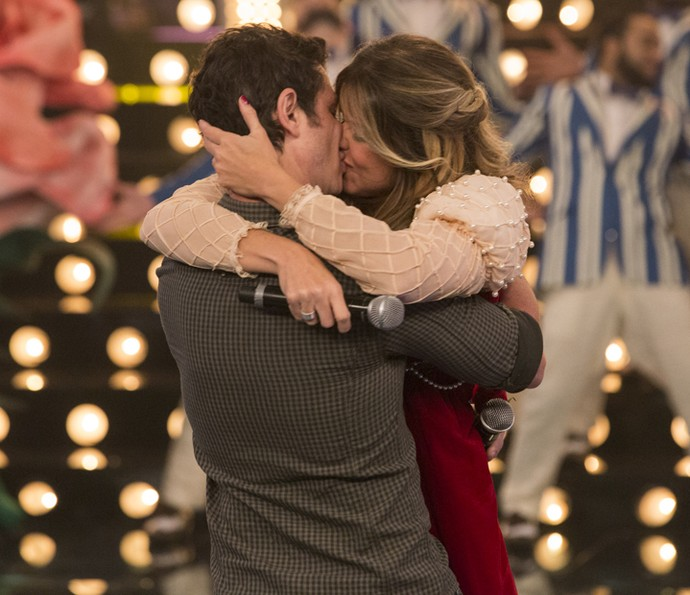 É o amor! Após ser surpreendida, Mariana Santos beija o noivo no palco do Amor & Sexo (Foto: Felipe Monteiro/Gshow)