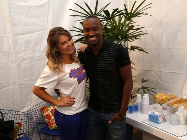 Fernanda Souza posa com Thiaguinho em bastidores de show