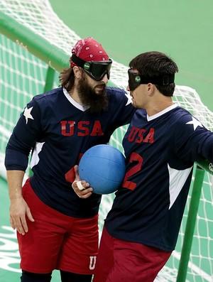Descrição da imagem: Kusku conversa com companheiro durante jogo de goalball dos Estadso Unidos (Foto: Getty Images)