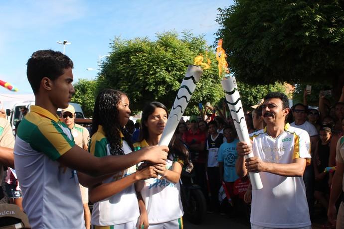 Manuel Mariano de Brito recebe a chama olímpica de estudantes da cidade de Lagoa Grande (Foto: Amanda Lima)