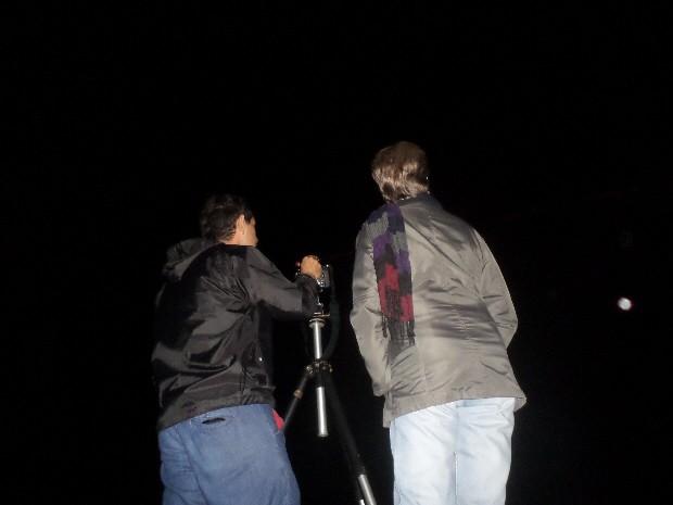 Ufólogo Jamil Vila Nova utiliza faz registros com uma câmera fotográfica (Foto: Orion Pires/G1)