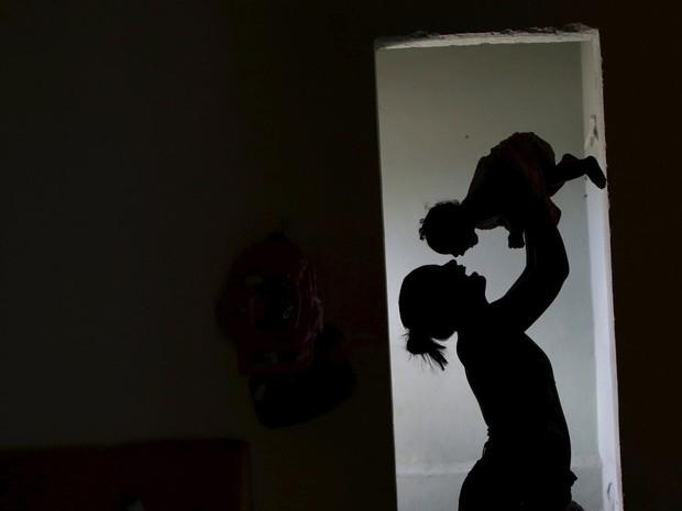 03/02 - Rosana Vieira Alves brinca com sua filha Luana Vieira, de 4 meses de idade, que nasceu com microcefalia, em sua casa em Olinda (PE) (Foto: Ueslei Marcelino/Reuters)