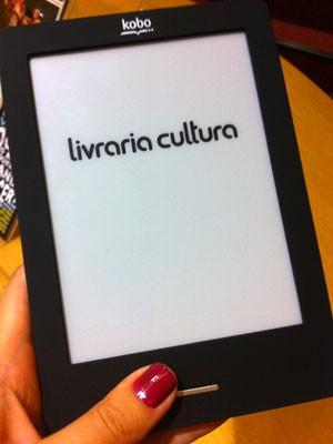 Leitor digital Kobo Touch, comercializado no Brasil pela Livraria Cultura (Foto: Laura Brentano/G1)