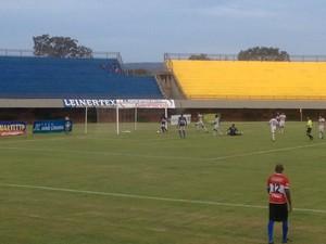 Atacante Watthimen  entra tranquilamente com bola no gol do Palmas e  marca o quarto para o Tocantins (Foto: Camila Rodrigues/GloboEsporte.com)