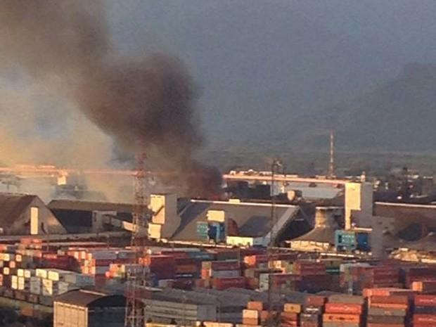 Armazém de açúcar foi atingido por incêndio em Santos, SP (Foto: Rosana Valle / G1)