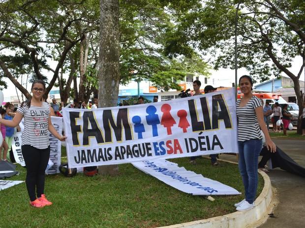 Cartaz diz que família é formada por homem e mulher (Foto: Ana Claudia Ferreira/G1)