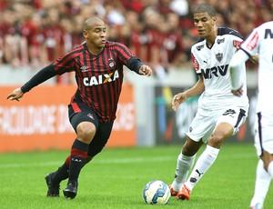 Walter e Leonardo Silva, Atlético-PR X Atlético-MG (Foto: Giuliano Gomes / Estadão Conteúdo )