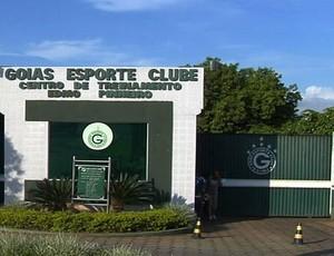 Portões do Centro de Treinamentos do Goiás são fechados (Foto: Reprodução/TV Anhanguera)