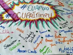 Alunos fizeram cartaz em ocupação de escola (Foto: Reprodução / GloboNews)