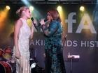 Em baile, Carolina Dieckmann se empolga e divide palco com Preta Gil