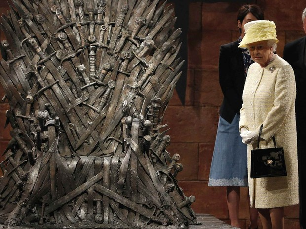 A rainha britânica Elizabeth II é fotografada ao lado do Trono de Aço durante visita aos sets de gravação do seriado 'Game of Thrones', onde foi recebida por atores em Belfast, na Irlanda do Norte (Foto: Phil Noble/Reuters)