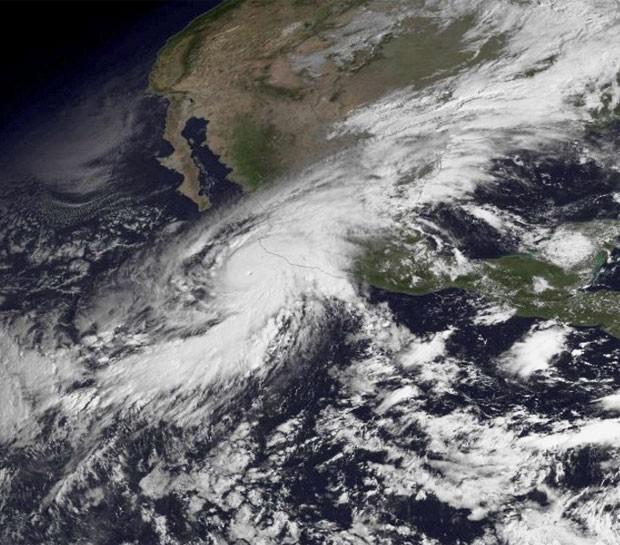 Furacão Patricia em imagem de satélite nesta sexta-feira (23) (Foto: NOAA)