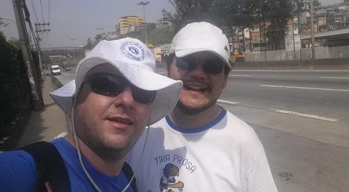 Eduardo e William estão indo a pé ao Pacaembu em promessa pelo Bentão (Foto: Eduardo Demilite / Arquivo pessoal)