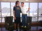 Durante entrevista, Huck brinca com altura de craque do basquete Varejão