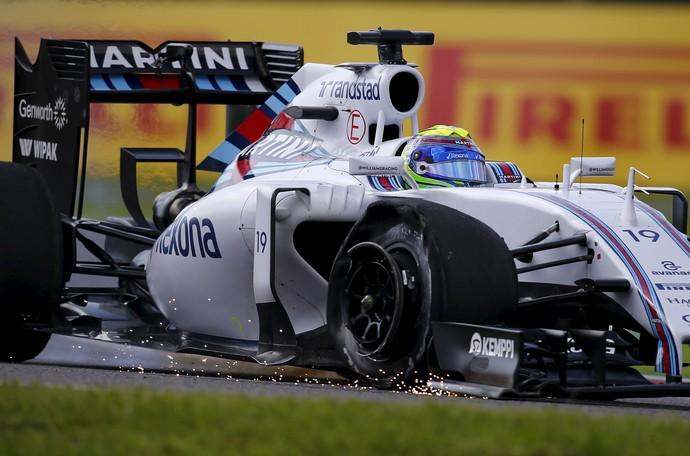 Felipe Massa com pneu furado após toque na largada do GP do Japão (Foto: Reuters)