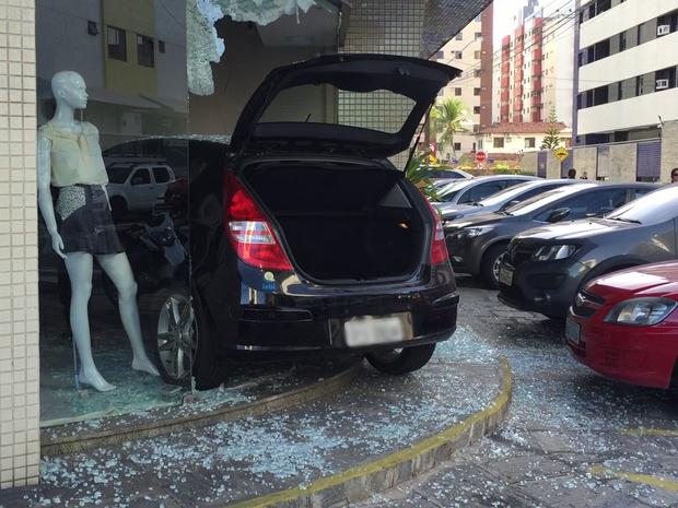 Motorista ia estacionar o carro, mas acabou entrando na loja (Foto: Walter Paparazzo/G1)