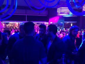 Gusttavo Lima com amigos em festa no Rio (Foto: EGO)