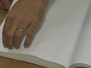 Biblioteca tem acervo de 2 mil livros em braile.  (Foto: reprodução/TV Tem)