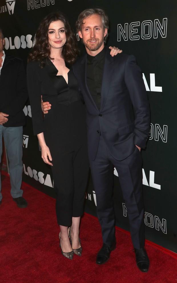 Anne Hathaway e o marido, Adam Shulman, em première de filme em Los Angeles, nos Estados Unidos (Foto: Frederick M. Brown/ Getty Images/ AFP)