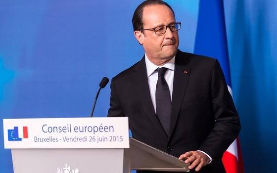 François Hollande fez um pronunciamento na Bélgica, onde estava para uma reunião, e logo depois embarcou de volta à França (Foto: AP Photo/Geert Vanden Wijngaert)