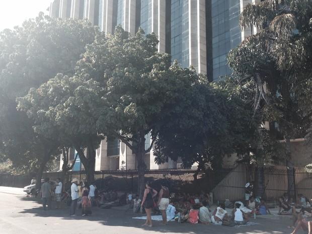 Após desocupação do prédio da Oi, grupo acampa em frente à Prefeitura do Rio. (Foto: Matheus Rodrigues / G1)