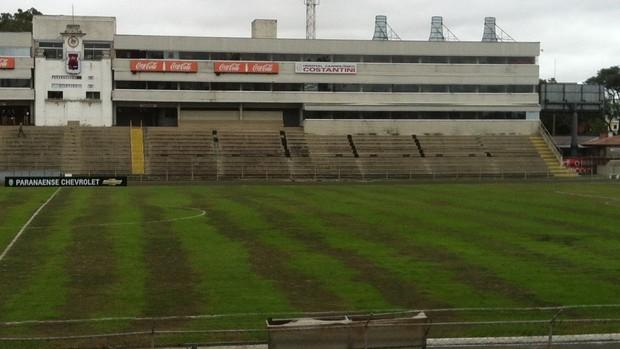 Gramado da Vila Capanema antes do clássico Atlético-PR e Paraná (Foto: Gabriel Hamilko)