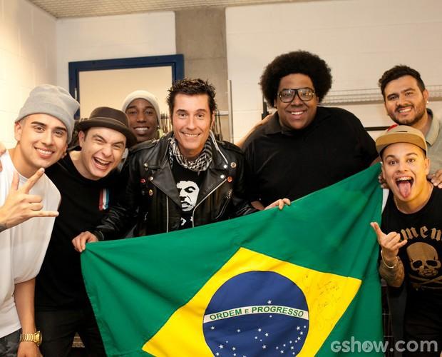 Grupo do Bola posa com a bandeira assinada por Dinho (Foto: Dafne Bastos/TV Globo)