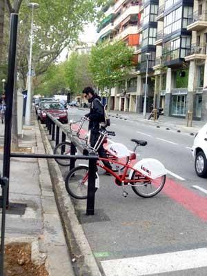 Sistema de aluguel de bicicletas em Barcelona, na Espanha (Foto: Mária Amélia D'Azevedo)