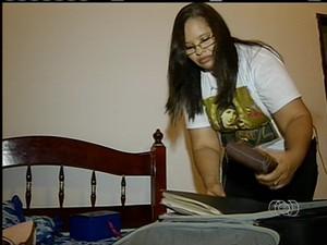 Zulmira prepara a mala para viajar para audiência na CPI do tráfico de pessoas (Foto: Reprodução/TV Anhanguera)