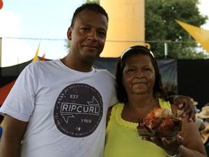 Tradicional macarronada é distribuída na festa do trabalhador em São José (Foto: Carlos Santos/G1)